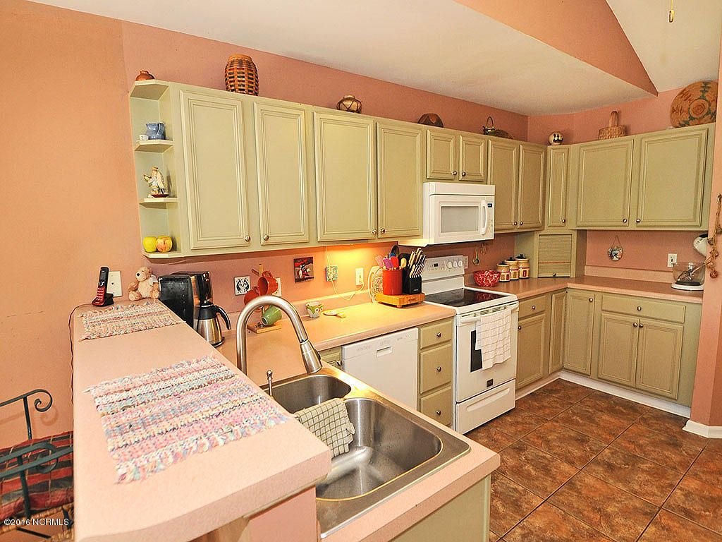 5006 Long Pointe Rd Wilmington NC 28409 Large Kitchen with Breakfast nook and plenty of storage