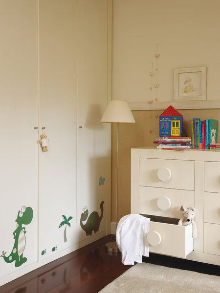 Armario con vinilo y cómoda en dormitorio infantil