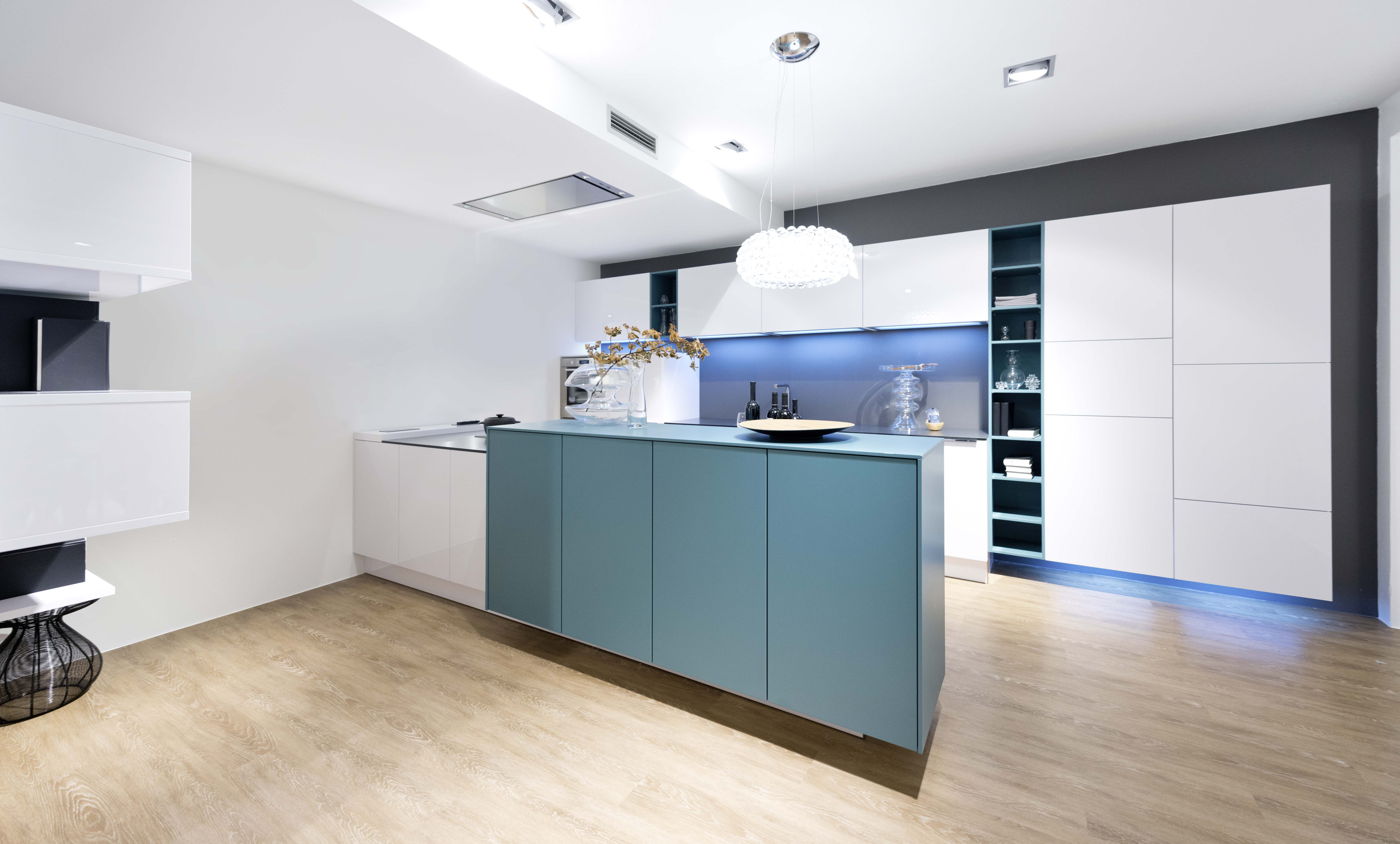 Moderne keuken wit blauw greeploze keuken hoogglas