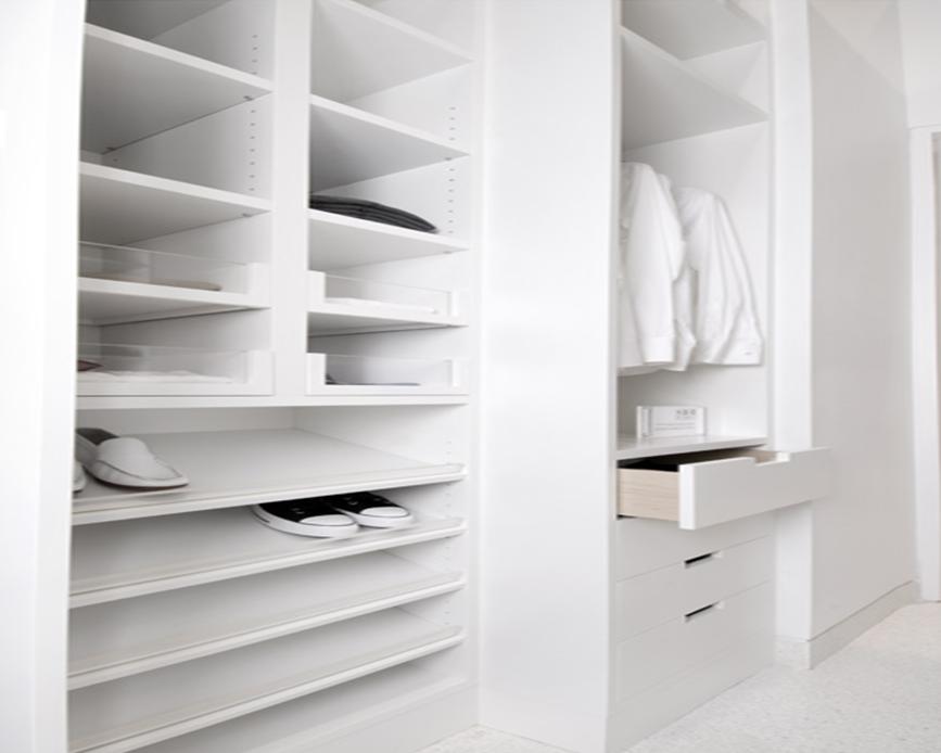 Walk in closet begehbarer kleiderschrank schlafen for Walk in closet white