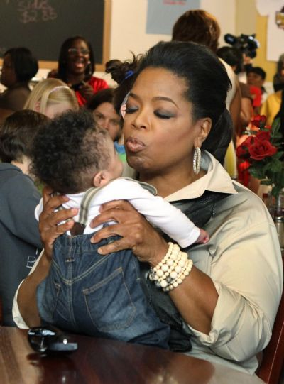 Oprah Winfrey Gives A Kiss To Timothy T J Norman 9 Months After She Sat Down In Sweetie Pie S Restaurant Sunday Afternoon March 25 2017
