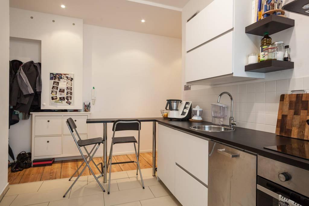 Moderne Küche in schöner Berliner Altbauwohnung Gefliester Boden - k che mit sitzgelegenheit