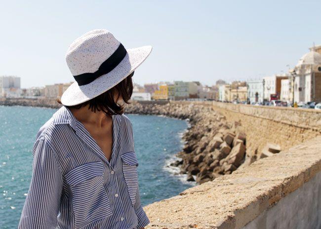 Camisa de rayas blancas y azules de Zara AW16, shorts vaqueros de Zara de otras temporadas, clutch blanco de Zara SS15 Sales, sombrero de Suiteblanco SS15 Sales y flipflops de Havaianas de otras temporadas.