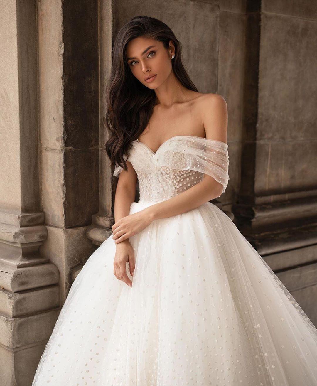 """Just Wedding Bells Instagram sur Instagram: """"Magnifique 😍. Robe par @millanova 🌸. Suivez @justweddingbells pour plus d'inspiration ✨ """"   – Drea's Wedding"""