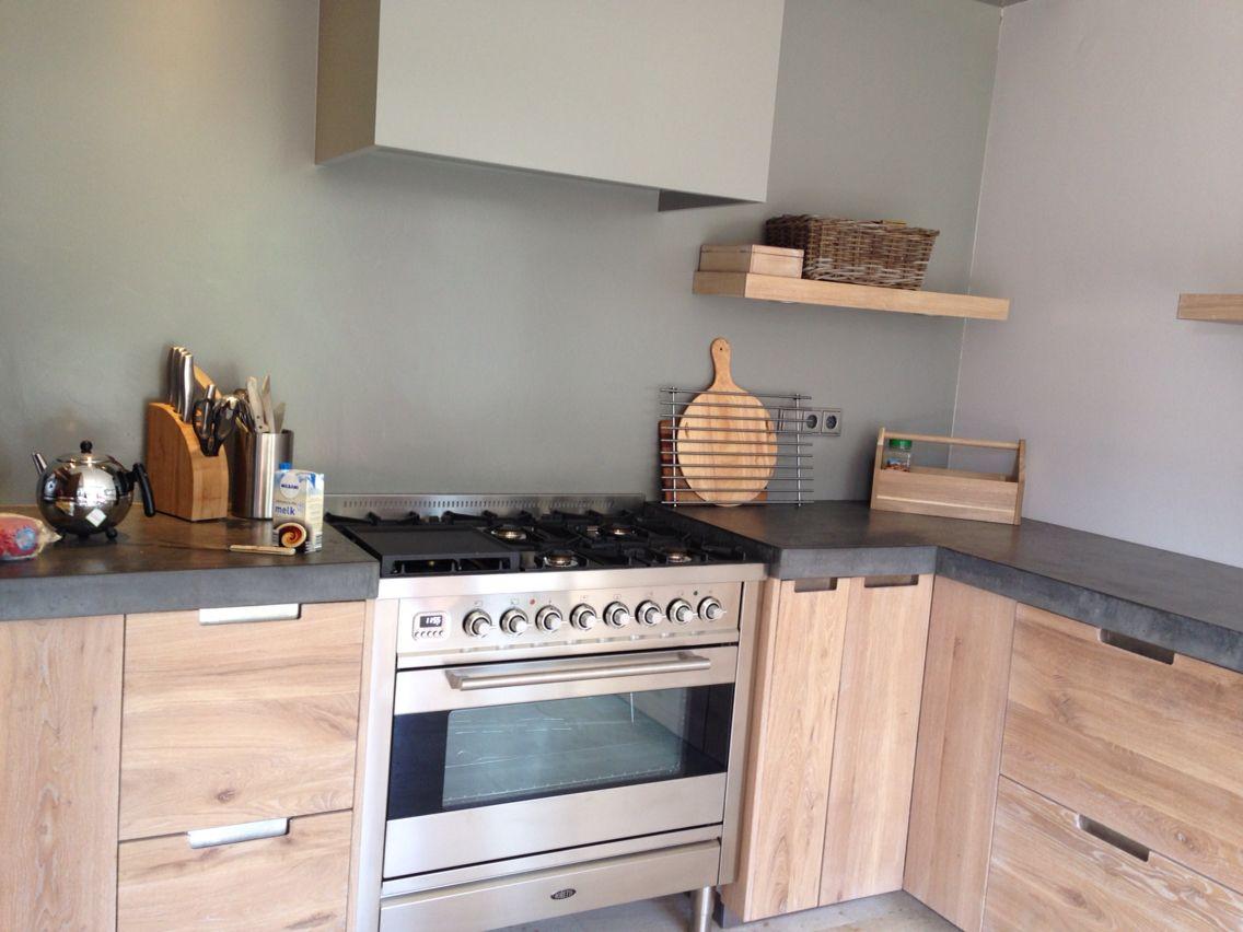 Ideas Industriele Keuken : Boretti fornuis betonnen blad in industriële houten keuken. koak