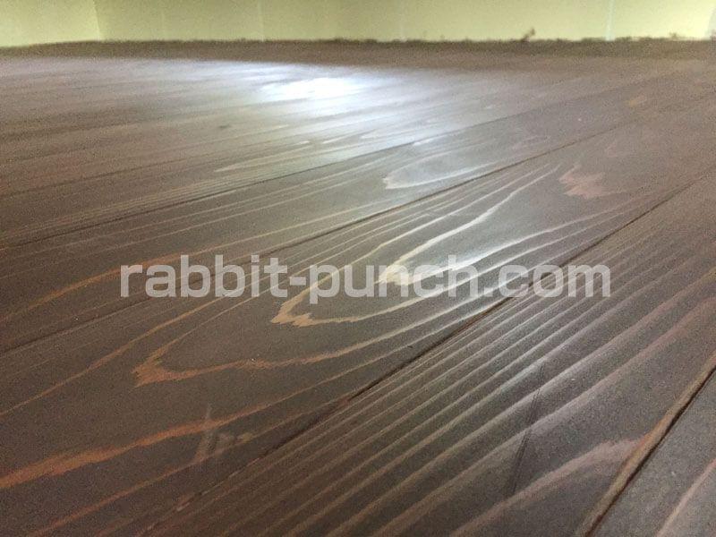 無垢フローリング床にユーロカラーを塗装 目の錯覚で空間を広く見せる