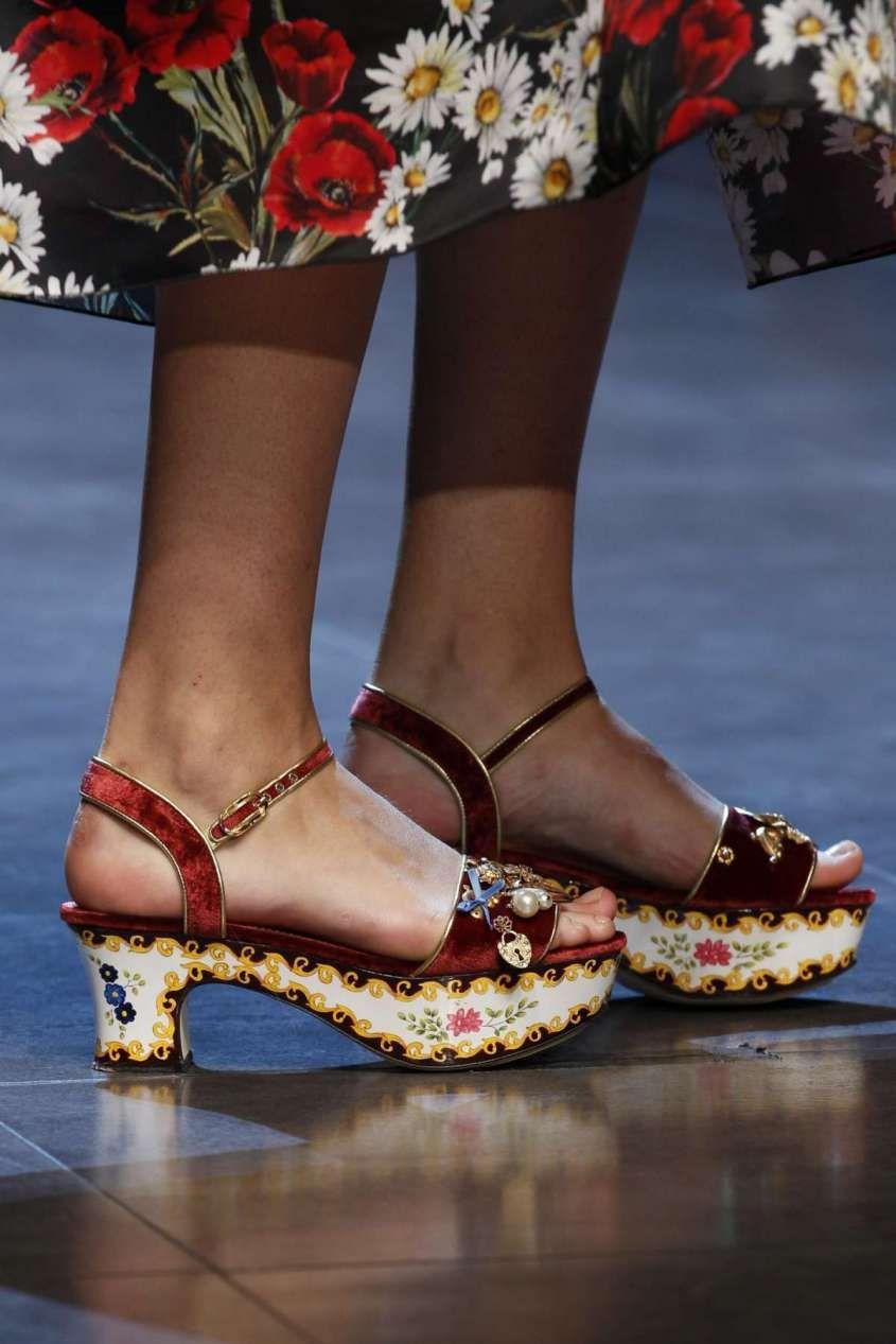 4aedab4b59b82 Collezione scarpe Dolce e Gabbana Primavera-Estate 2016 - Sandalo decorato Dolce    Gabbana