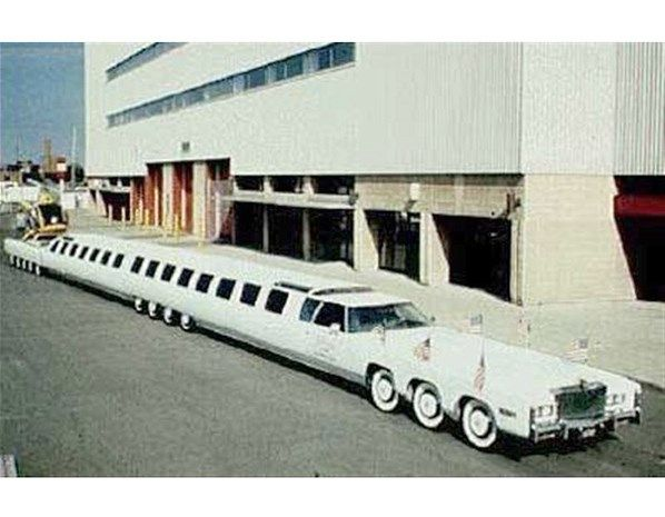 RECORD 11 - Volvemos a las limusinas, en esta ocasión a una Cadillac de 30,5 metros de longitud, con 26 ruedas ¡y dos cabinas para el conductor, una a cada lado! Entre los extras, un jacuzzi, una piscina, una cama XXL y, cómo no, un helipuerto.