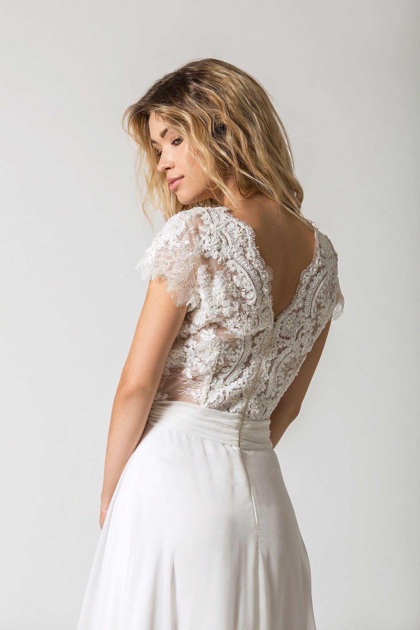 c23b904cb7 Suknia ślubna podkreślająca talię. Zdobiona góra z krótkim rękawkiem oraz  muślinowa spódnica. Piękna i klasyczna suknia ślubna. Model  Elza