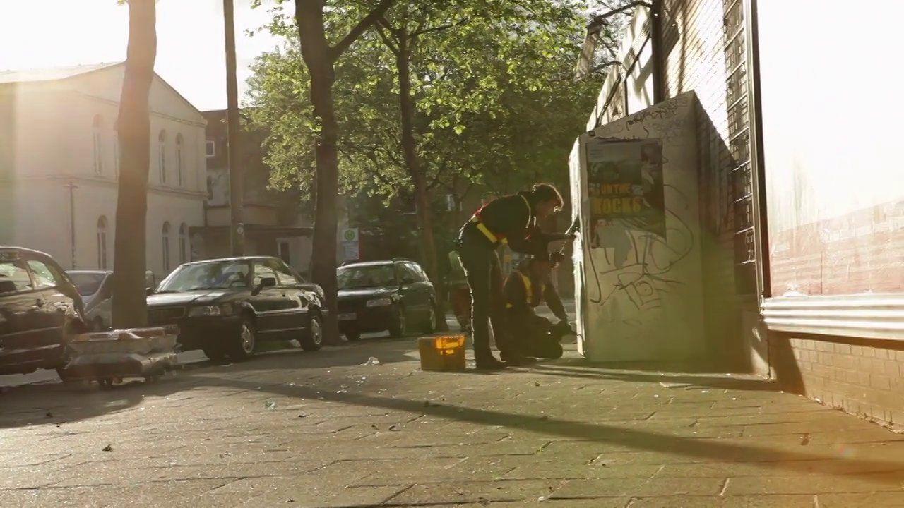 zwei betten. Das Entlüftungsgitter war in den letzten Jahren einer von wenigen Orten in St.Pauli, wo Obdachlose sich aufwärmen und im Winter...