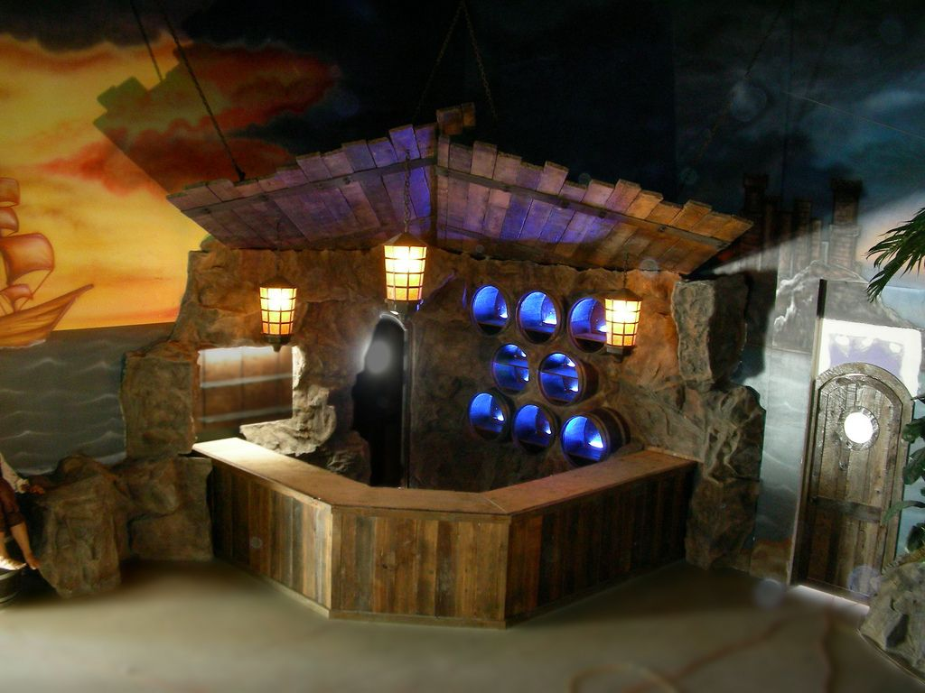 Themed bar design tiki hut basements and tiki bars for Bar dekoration