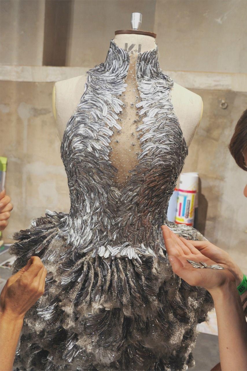 backstage at alexander mcqueen S S 2012 Podrobnosti Couture 9e45b8b050