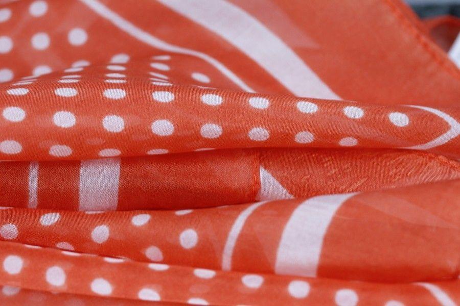 Superbe foulard à pois en soie naturelle douce, un beau foulard carré  orange à pois 0c403d4ea84