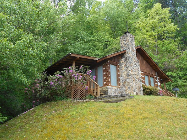 Falling Waters Is A Cozy 2 Bedroom Cabin That Is Near All Of The Attractions Restaurants And Shopping In Pigeon F In 2020 Gatlinburg Cabin Rentals Cabin Cabin Rentals