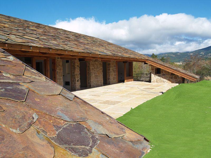 La casa con el tejado hasta el suelo no te mira se deja mirar obra del arquitecto de casas de - La casa en el tejado ...