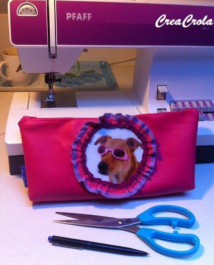 Cadeautje voor de zwemles?  Etui met hond met zwembrilletjes, roze skai www.creacrola.nl
