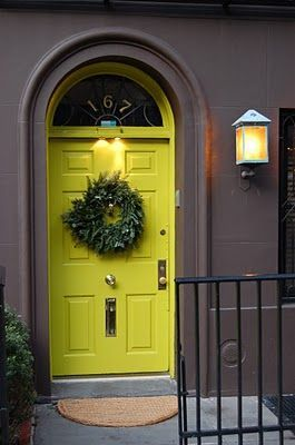 Oh how beautiful !! Citron yellow dorr and dark grey brown exterior walls! How dramatic!!