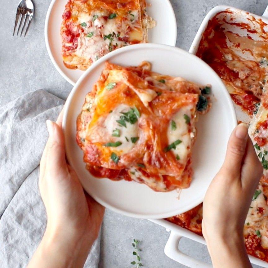 Dünne Spinatlasagne #spinatlasagne Dünne Spinatlasagne Skinny Spinat Lasagne - dicke Schichten von Sauce, Nudeln, Ricotta, Spinat und Mozzarella - 250 Kalorien.#gesund #leicht #rezept #lasagne #s #Einfach #Videos #Gesund # #FürKinder #Vegan #Billig #Alfredo #spinatlasagne