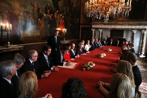 Minister-president ondertekent de Akte van Abdicatie (Portretfoto's) - Het Koninklijk Huis