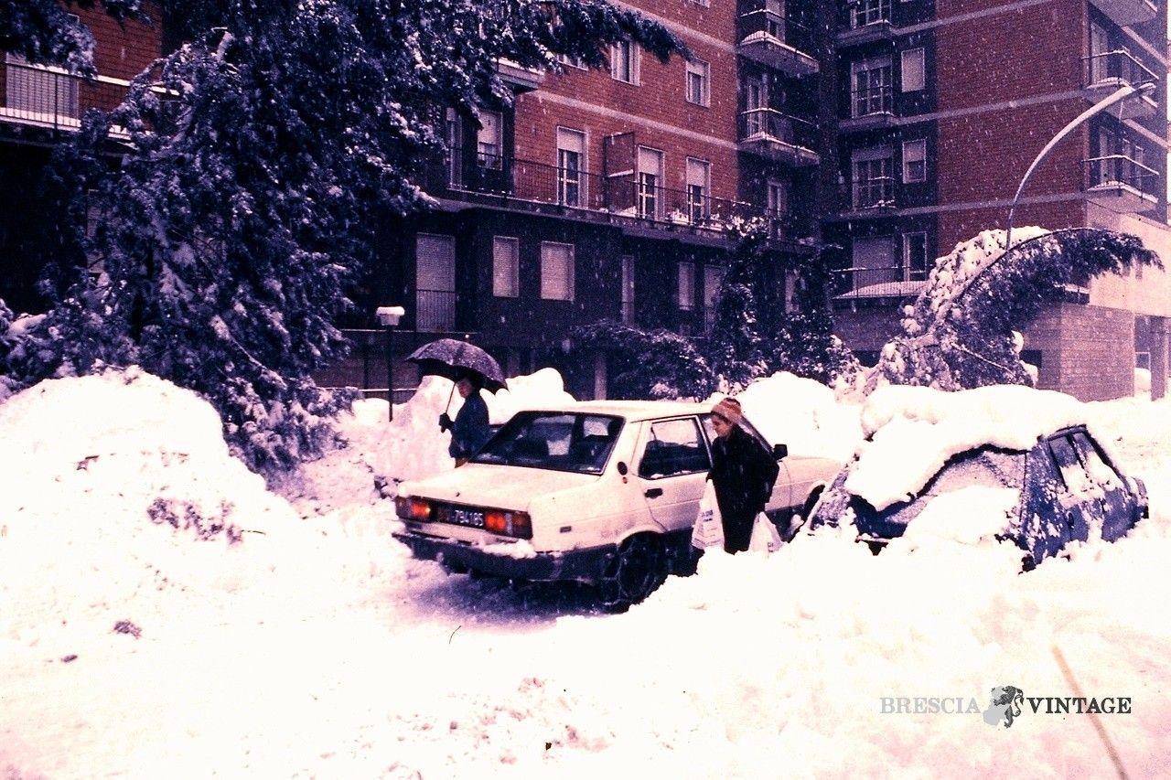 """""""Catene da neve in città"""" via della Palazzina - 1985 http://www.bresciavintage.it/brescia-antica/episodi-storici/catene-neve-citta-via-della-palazzina-1985/"""