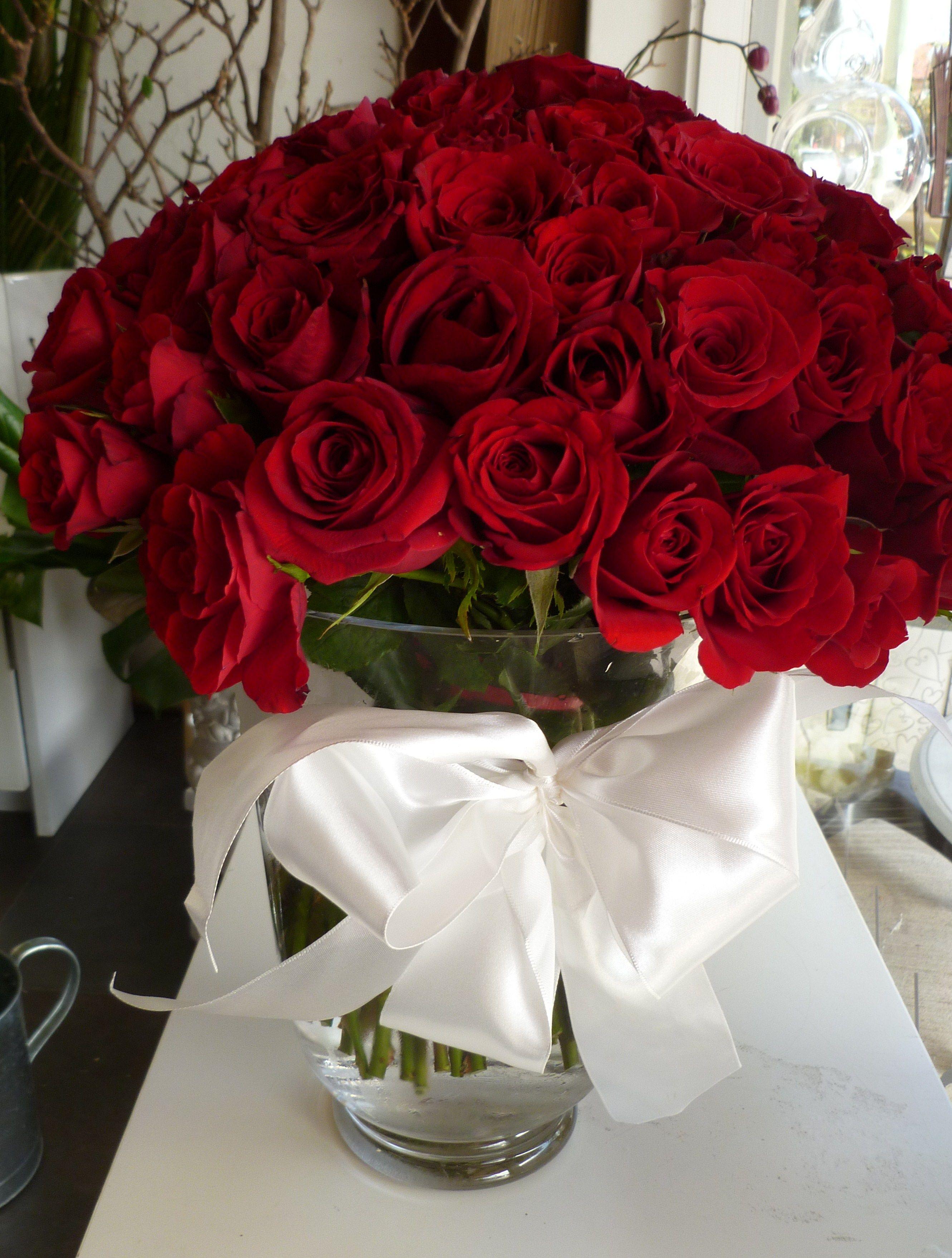 Красивый букет цветов на столе дома