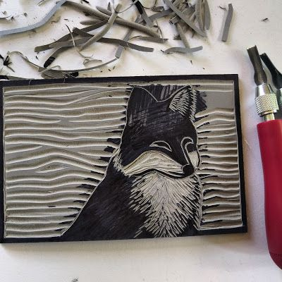 Carving my fox design into battleship gray linoleum block using - kleine k che l form