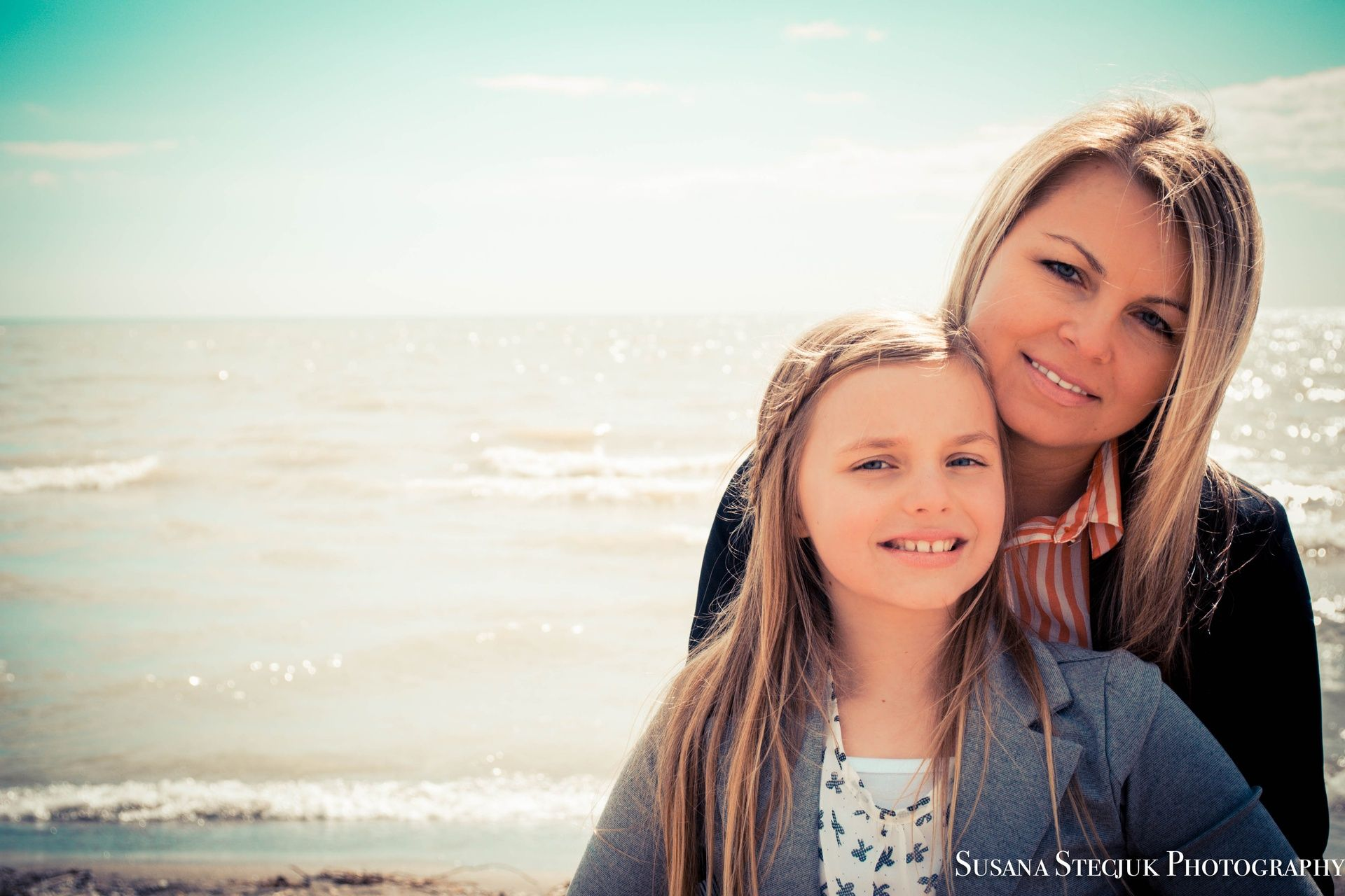 Mother daughter photography pose | what about sisters on