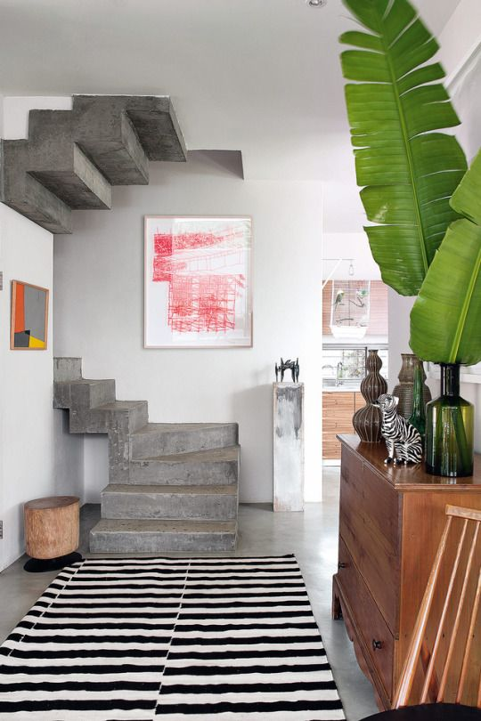Cet escalier en beton touche design de la maison est reveille par un tableau also pin by marc duron on we shape our homes and then us rh pinterest