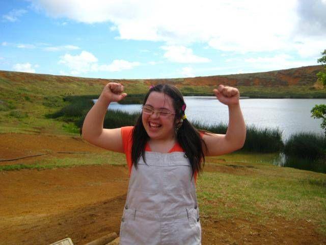 Foto de joven con síndrome de Down triunfante