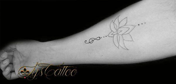 tatouage avant bras femme fleur de lotus en dotwork pointillisme et bijou breloque en cl de. Black Bedroom Furniture Sets. Home Design Ideas