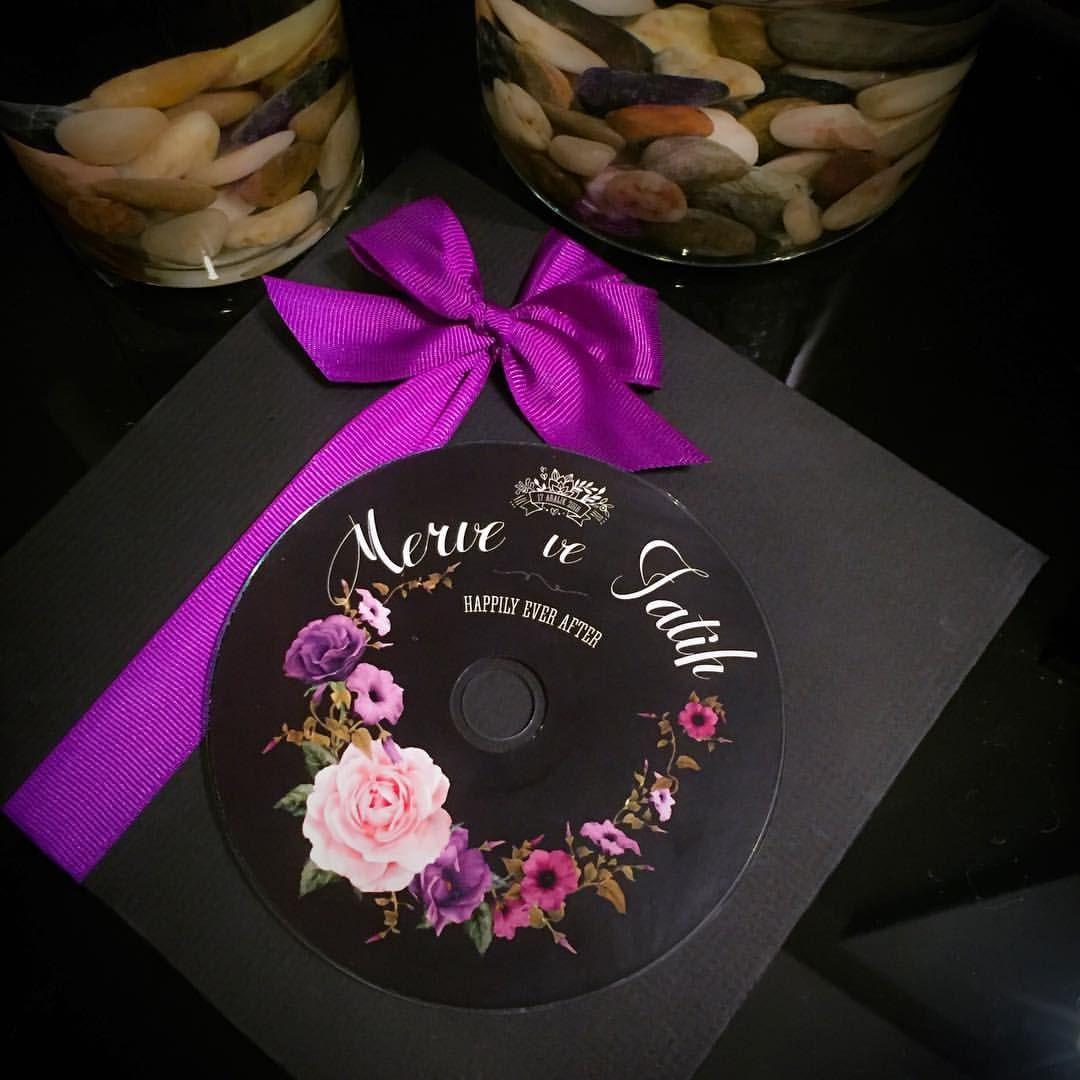Mor olsun bizim olsun * Hediye Cd'lerin içeriğinde sizin seçtiğiniz 11 adet aşk şarkıları bulunmaktadır. * Adet fiyatı 4TL'dir.Yüksek adetler için mutlaka tekrar fiyat bilgisi isteyin. * Hazırlık süreci 1 haftadır. * Tasarım üzerinde her türlü değişiklik yapılabilir. * Düğün/Nişan hediyesi dışında isteğe bağlı davetiye olarak da hazırlanabilir. . . . #adamavva #savethedate #davetiye #davetiyetasarim #dugundavetiyesi #nikahsekeri #dugunhediyesi #plakdavetiye #davetiyemodelleri…