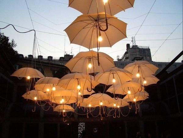 Installazione artistica con ombrelli e luci. umbrella art