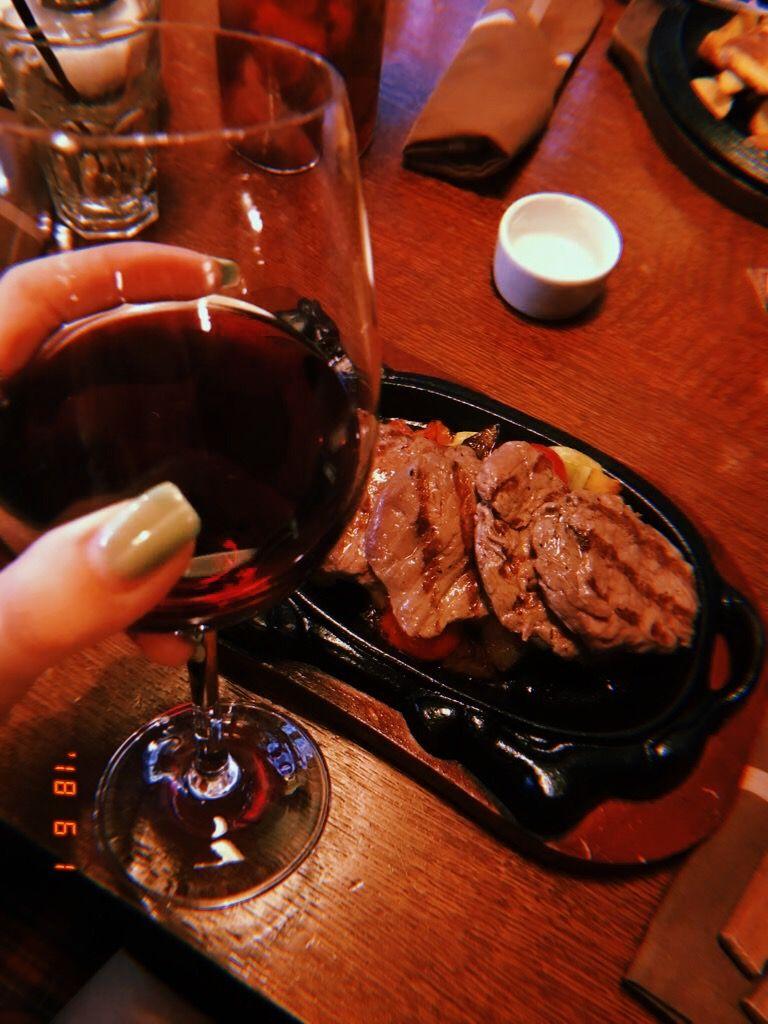 Sochnyj Stejk I Krasnoe Vino