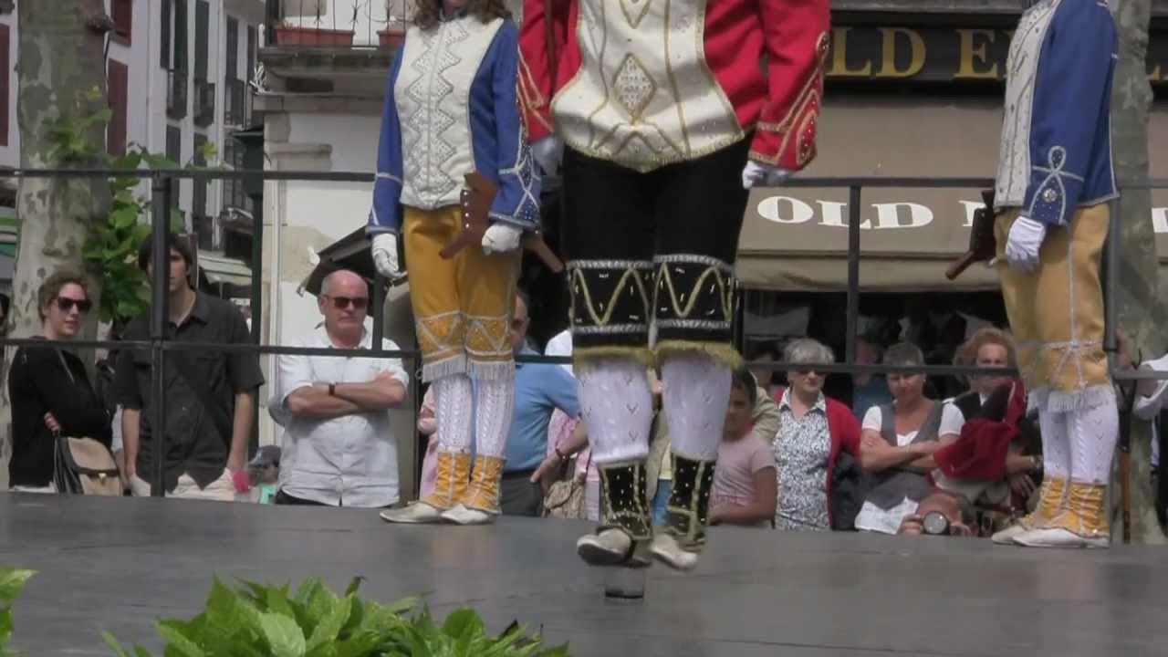 Pour 2015, le festival de danse des 7 provinces #basques se tiendra le 7 juin à Saint Jean-de-Luz. Un incontournable de la culture basque ! Si vous cherchez un hébergement, Maison Bichta Eder ouvre ses portes officiellement pour la première fois cette semaine-là : http://www.amatu-artea.com/pages/location-de-vacances-landes-pays-basque.html