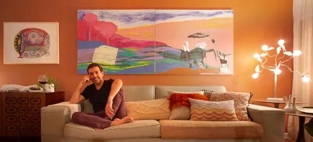 O designer de interiores Newton Lima posa no living de seu apartamento com novo décor (Foto: Bruno Bertoldo)