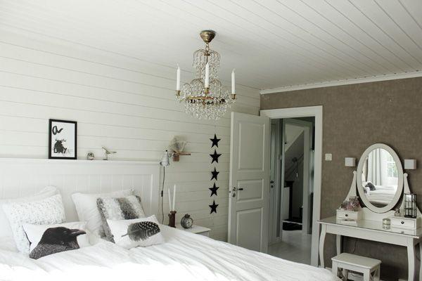 sovrum i vitt, vitt och grått sovrum, kristallkrona i taket i ...