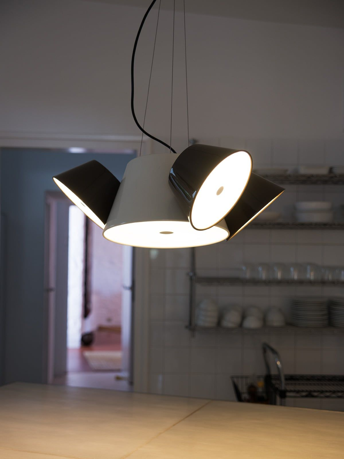 Tam tam mini einrichten in schwarz wei pendelleuchte for Lampe mit mehreren schirmen