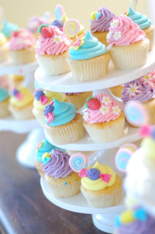 Pastel Cupcakes such cute designs !! :-)