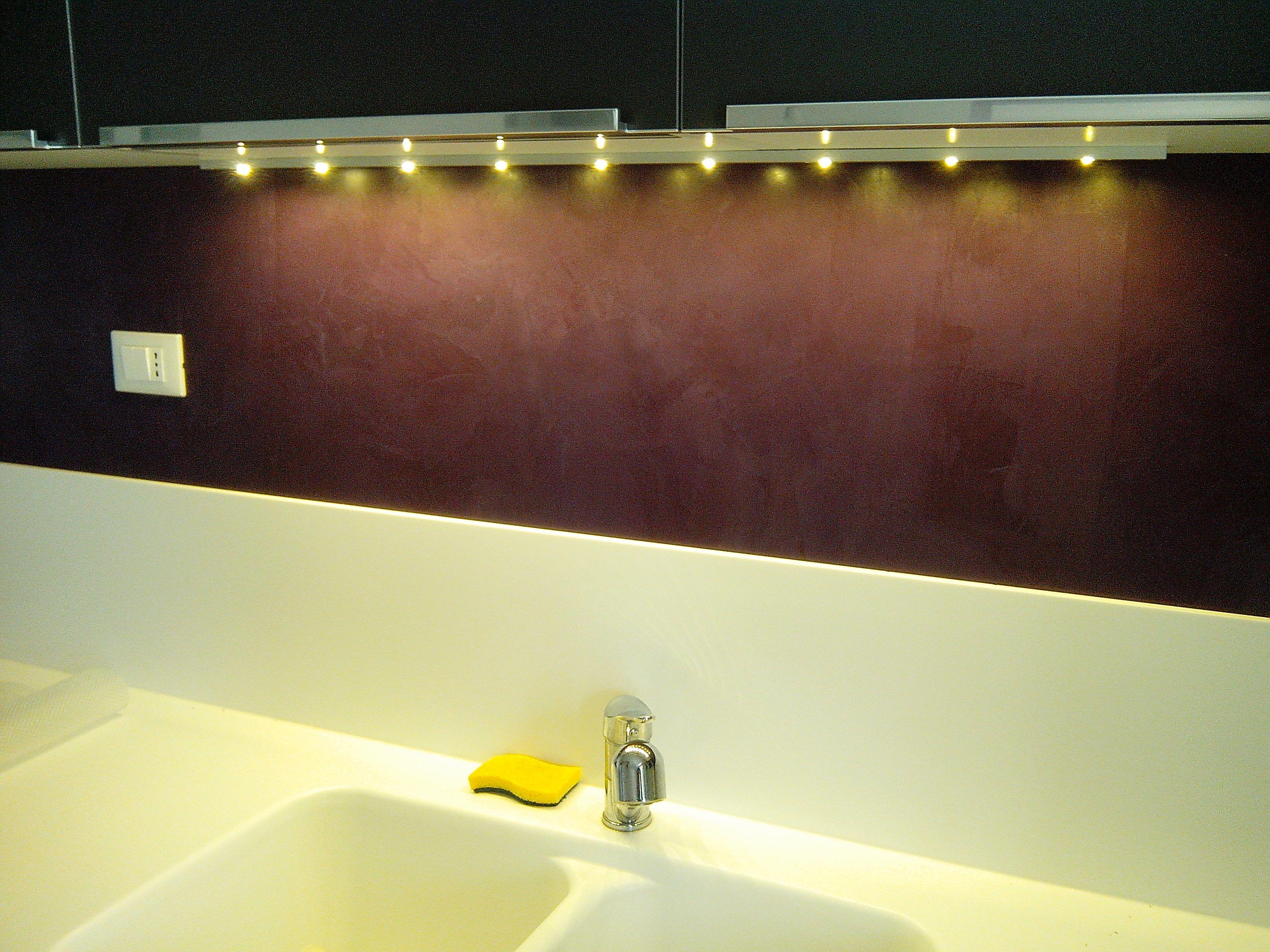 il lavandino di una cucina illuminato con una barra led | Barre Led ...