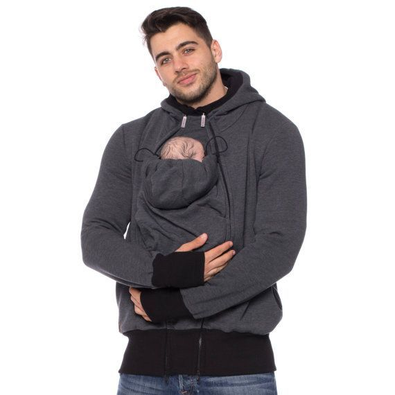 Viva la Mama | Already keeping your eyes open for Christmas gifts? You can stop searching! Our baby carrier jacket CARRYME is the ideal gift for your hubby, friend or any (soon-to-be) father. Looking good with or without the little heartwarming package ♥ The casual handmade jacket (anthracite - sweatshirt fabric) CARRY ME for baby wearing dads keeps your baby warm and close to the body. Dads can wear the jacket during the baby wearing period and after for everyday use.