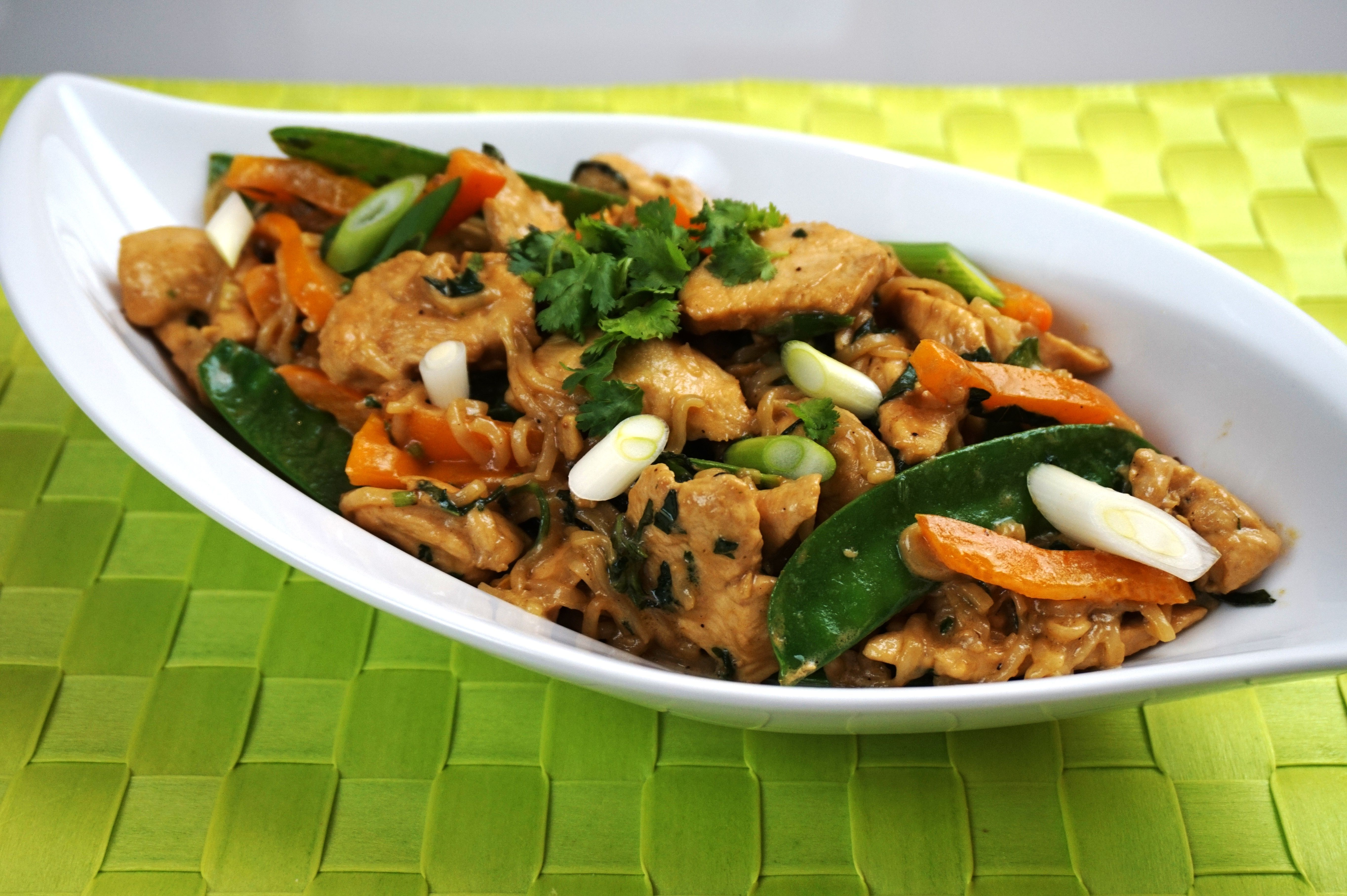 Seam-Kokos-Soße mit Huhn und Nudeln