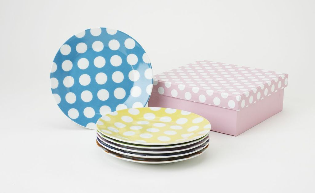 Are you ready to be chic? This set of 6 plates will make your tea table the most chic in town! Each plate has a bright base color and then is flattered with large white polka dots. This set is truly a designer's dream. Perfect for gifting in it's elegant satin lined gift box. 7.5 …