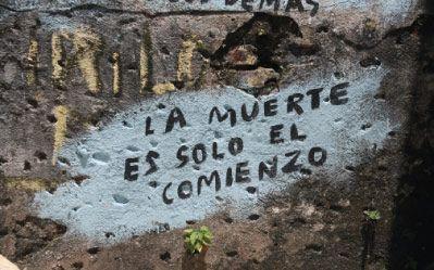 Mensaje en pared de cementerio.