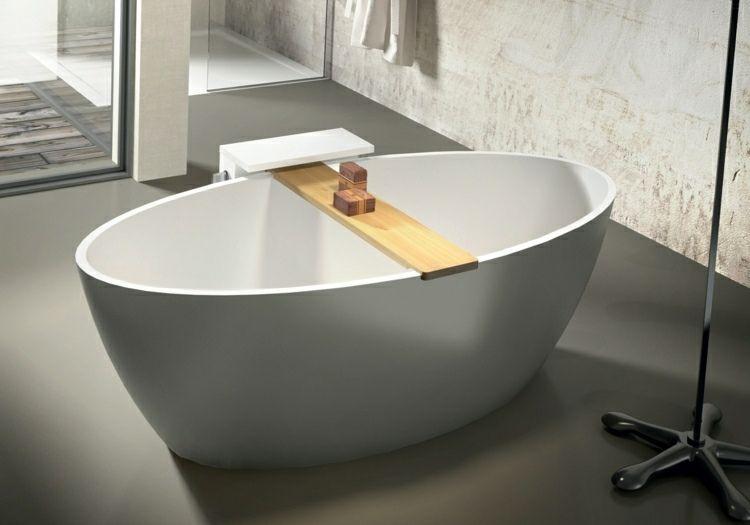 Freistehende Badewanne mit Ablage aus Holz