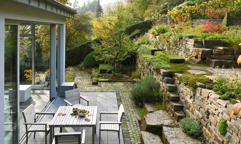 privatgarten garten am hang naturnaher garten gestaltet von peter berg g rten. Black Bedroom Furniture Sets. Home Design Ideas