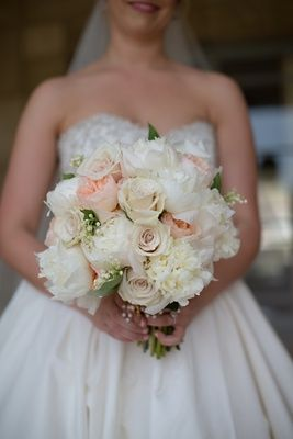 Bride S Bouquet Of White And Peach Peonies Roses Pale Pink