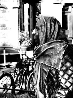 Black and white photography: Kukkanen itkee dramaattisesti. Dramaattisessa teatterissa, Tukholmassa.