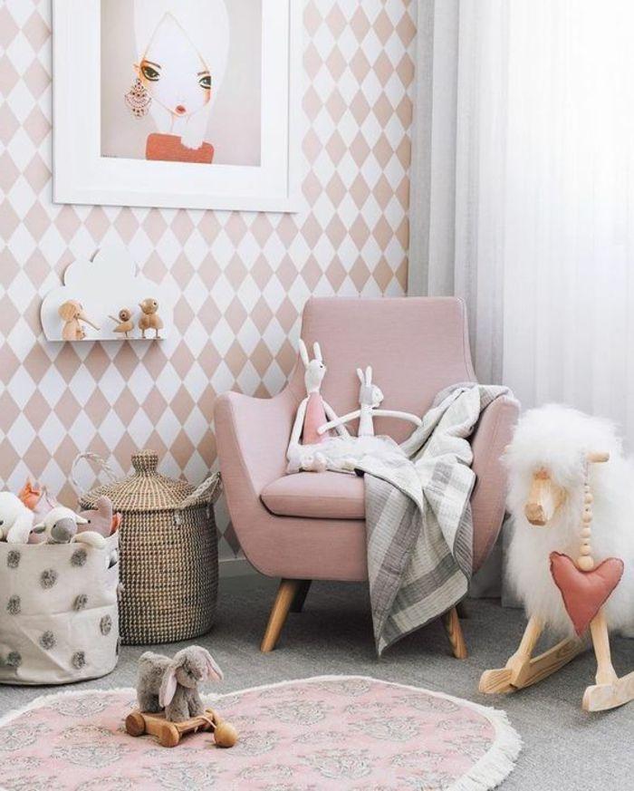 Marvelous kinderzimmer idee rosa sessel und viele spielzeuge im babyzimmer kuscheltiere und wanddeko bilder