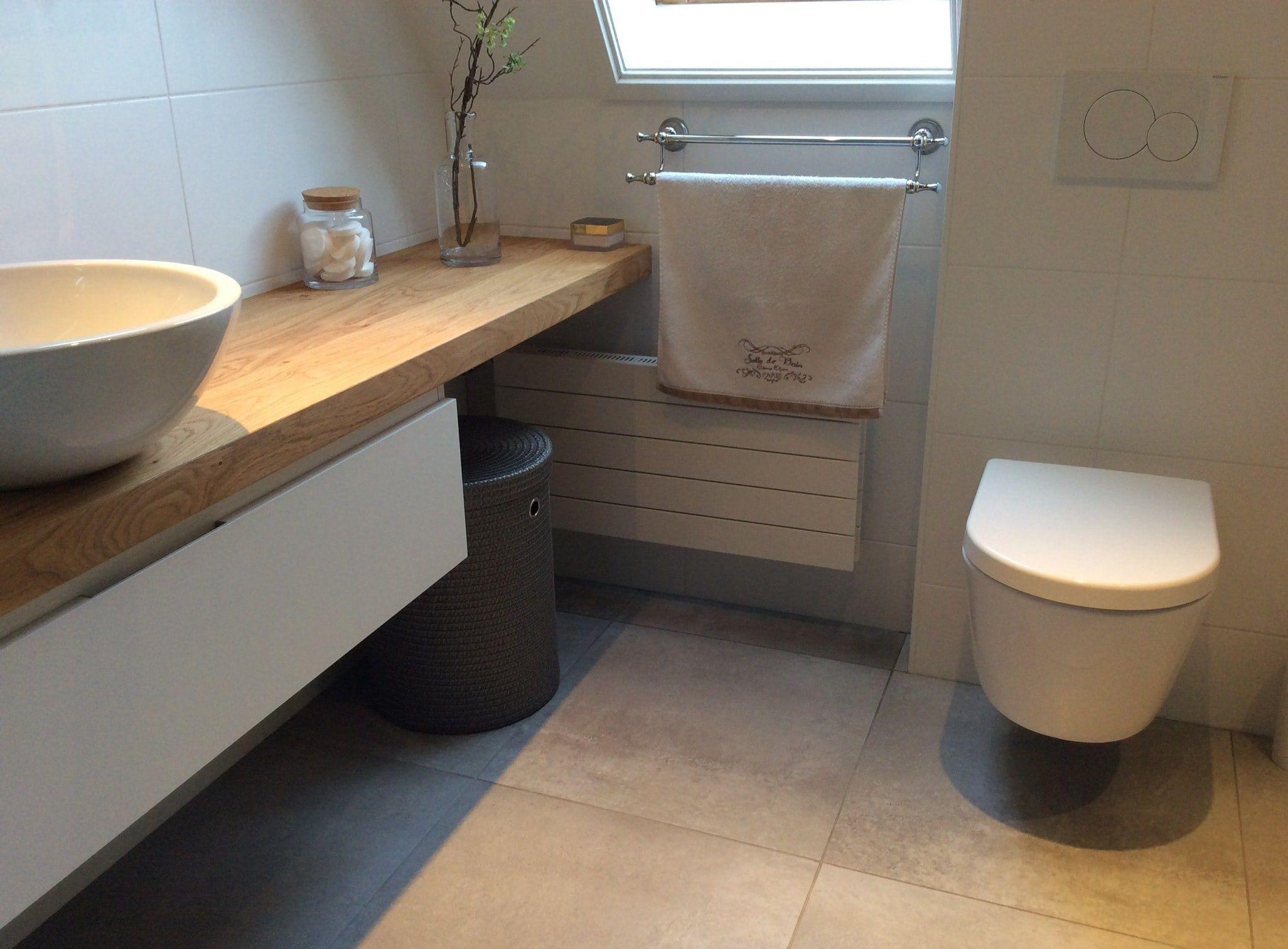 Sfeervolle badkamer: mooie grijze tegels in combinatie met een ...