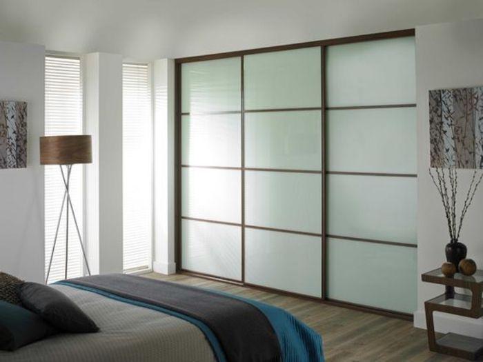 Kleiderschrank Ideen eingebaute Wandgarderobe moderne Stehlampe - modernes schlafzimmer gestalten ideen